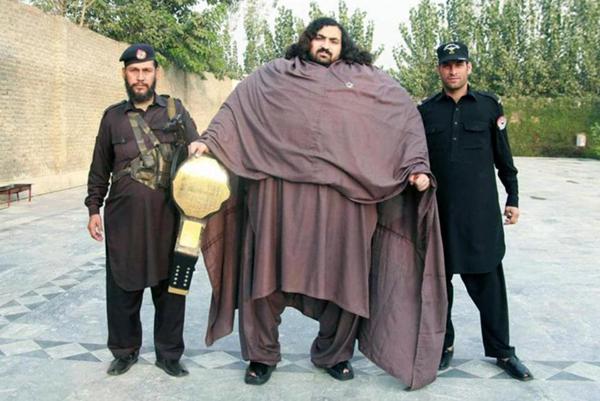 Arbab Khizer Hayat nổi bật với thân hình to lớn như người khổng lồ Hulk. Ảnh: Caters