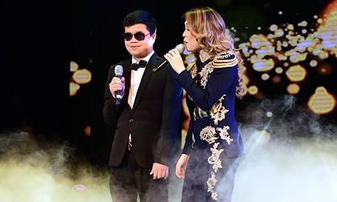 Mỹ Tâm song ca với chàng trai khiếm thị trong liveshow mừng sinh nhật