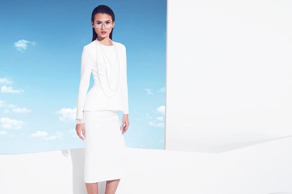 Đầm trắng đơn giản tạo dáng eo thon với chi tiết peplum phối cùng chuỗi ngọc trai sang trọng