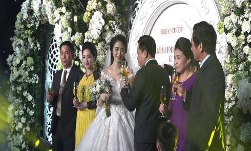 Thu Ngân sánh bước bên chồng hơn 19 tuổi vào lễ đường