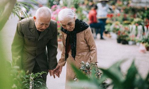 Ảnh cặp vợ chồng 90 tuổi đi chợ hoa ngày Tết hút like Facebook