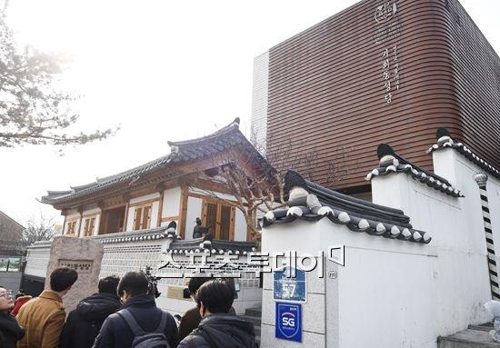 bo-kim-tae-hee-nghen-ngao-khoc-trong-dam-cuoi-con-gai-10