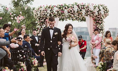 Đám cưới 999 đoá hồng của cô dâu Việt và nhạc công người Mỹ