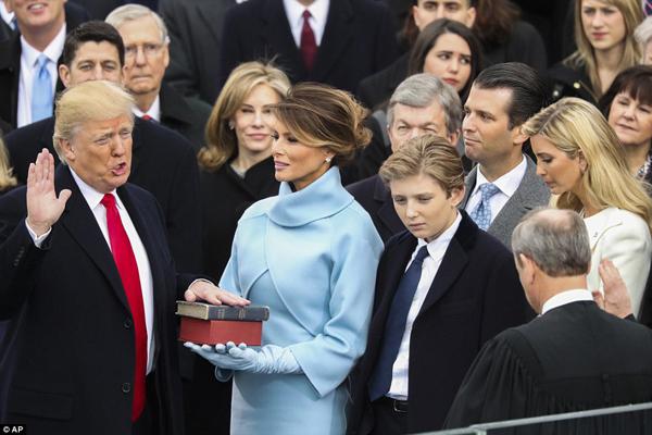 Trời đổ mưa khi ông Trump vừa tuyên thệ nhậm chức Tổng thống