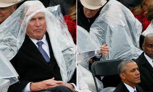 Ông Bush loay hoay với áo mưa trong lễ nhậm chức của Trump