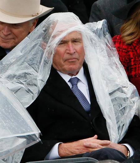 Cựu tổng thống George W. Bush hôm qua cùng phu nhân tới quốc hội để tham dự và chứng kiến lễ tuyên thệ nhậm chức của tổng thống thứ 45 Donald Trump. Trong bầu không khí trang trọng,