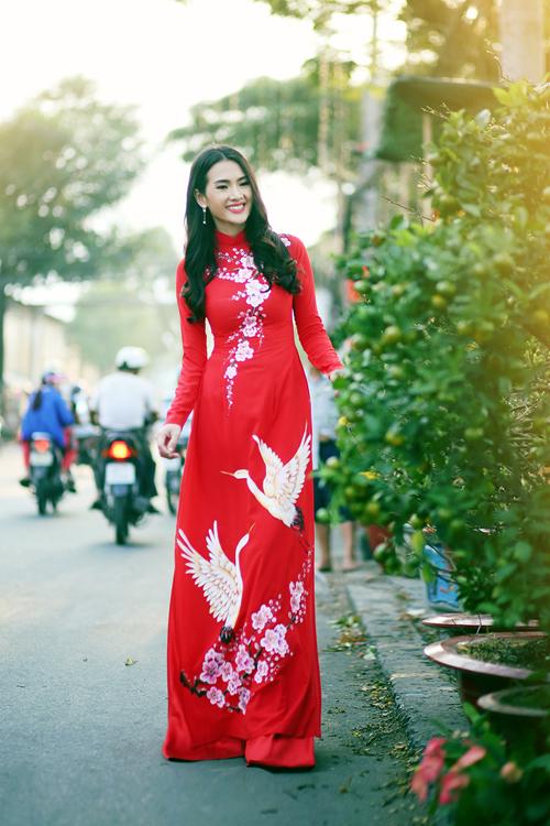 Mặc áo dài, dạo phố hoa và chụp ảnh kỷ niệm là một trong những thói quen không thể thiếu của thiếu nữ phương Nam. Anh Thư khoe sắc với thiết kế áo dài vẽ tay tỉ mỉ.