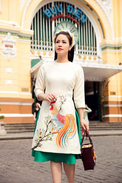 Nhật Kim Anh sành điệu với trang phục cách tân vẽ hoạ tiết gà trống - một trong những mốt thịnh hành của mùa xuân Đinh Dậu.