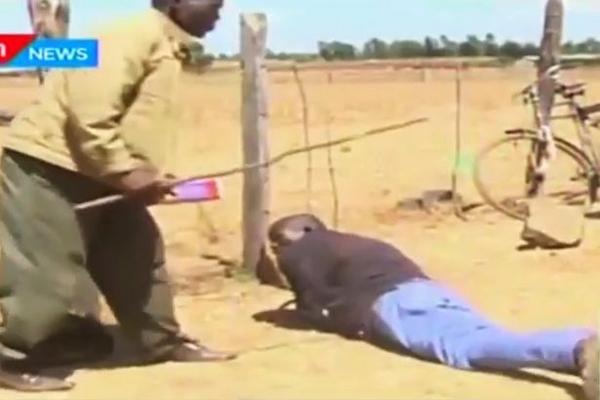 Kiprop bị bắt nằm ra giữa đất để người làng đánh. Ảnh: KTN News Kenya