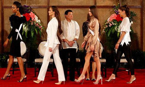 Tổng thống Philippines bị choáng ngợp trước dàn thí sinh Miss Universe