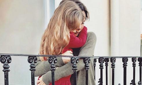 Vic quỳ gối ôm chặt con gái
