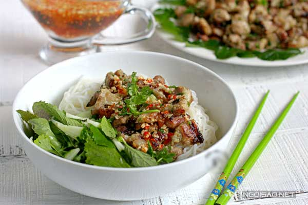thit-nuong-la-chanh-thom-lung-goc-bep