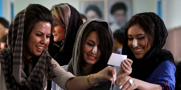 Phụ nữ Iran rất coi trọng chiếc mũi cao, thẳng tắp. Hàng năm, có tới 200.000 lượt phái đẹp Iran phẫu thuật nâng mũi.