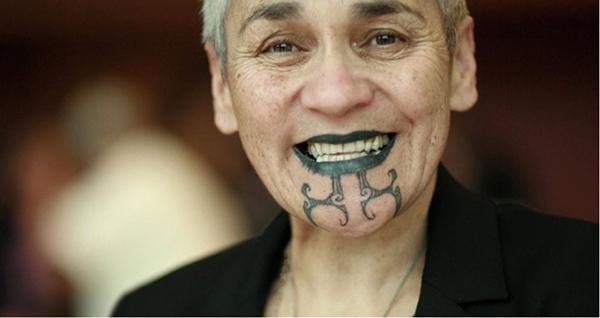Xăm mình được coi là một nghi lễ thiêng liêng ở New Zealand. Những hình xăm biểu hiện sắc đẹp, sức mạnh và khả năng sinh sản của phụ nữ cũng như ý thức trách nhiệm của phái mạnh trưởng thành.
