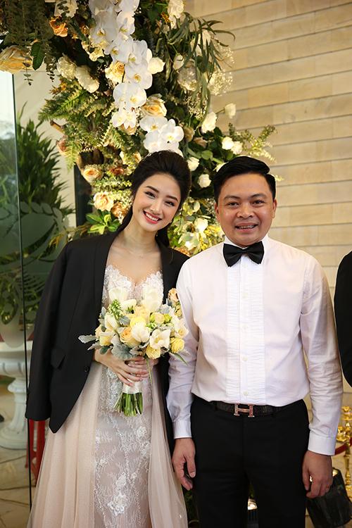 Sau tiệc cưới hoành tráng tại Hà Nội diễn ra ngày 17/1, hôm nay (5/2), nhà gái đãi tiệc mừng tại Hải Phòng. Trước đó, ngày 9/1, cặp đôi đã tổ chức lễ ăn hỏi, lễ rước dâu theo nghi thức truyền thống và tiệc thân mật với khoảng 150 khách mời.