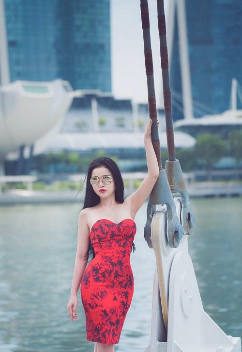 hoa-hau-janny-thuy-tran-khoe-dang-tren-duong-pho-singapore-5