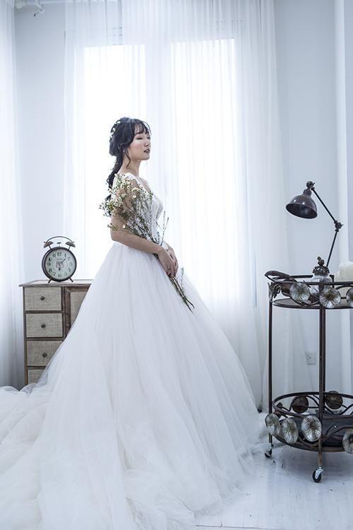 [Caption]Bên cạnh những bộ soiree đính ren và hoa lộng lẫy cầu kỳ với tùng váy xòe bồng thướt tha, mùa cưới 2017 sẽ là sự lên ngôi của váy cưới phong cách minimalism (tối giản). Đây là sự lựa chọn hoàn hảo cho cô dâu yêu thích sự tinh tế, đơn giản mà sang trọng.