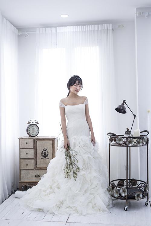 [Caption]Váy cưới tối giản không cần quá nhiều các chi tiết trang trí mà tập trung vào đường cắt khéo léo, phom dáng tinh tế cùng chất liệu cao cấp như voan, lụa mikado và satin.