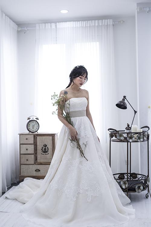 [Caption]Tối giản không có nghĩa là nhàm chán, thay vào đó, những mẫu váy cưới này thu hút sự chú ý của người đối diện vào các chi tiết tinh tế như cổ, tay và lưng áo.