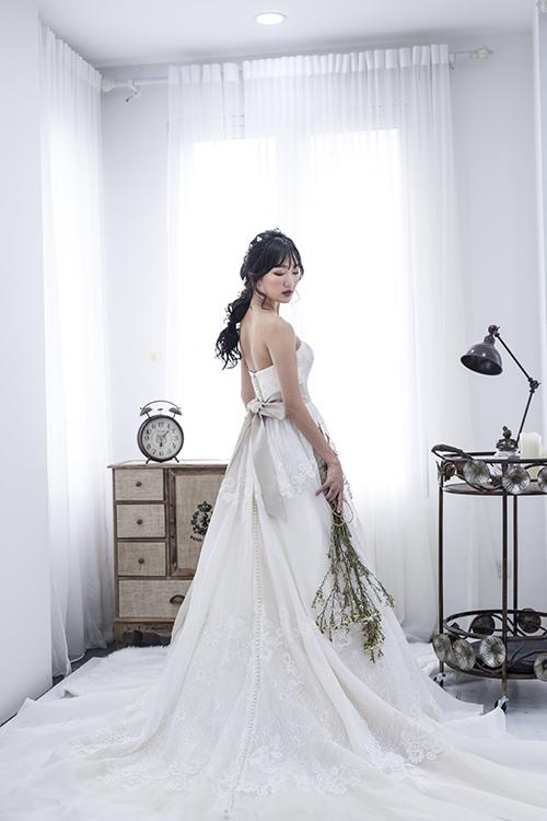 [Caption]Phần thân váy xòe nhẹ nhàng với những đường xếp ly mềm mại mang đến sự uyển chuyển trong mỗi bước đi.