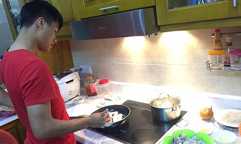 Mạc Hồng Quân bị 'dìm tơi tả' khi đăng ảnh làm bếp