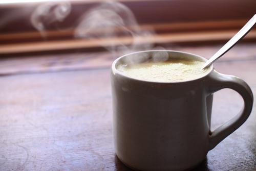 Uống một cốc sữa ấm trước khi đi ngủ giúp bạn ngủ ngon và sâu giấc hơn.
