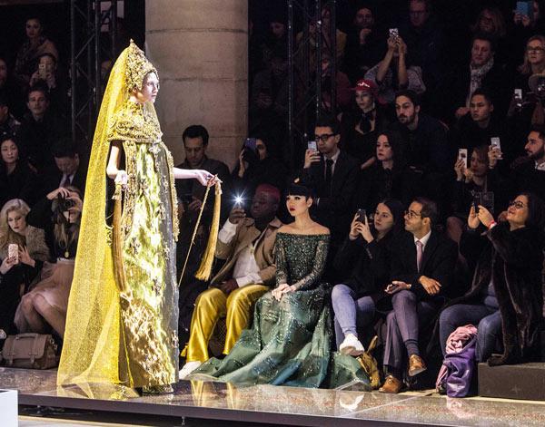 Jessica Minh Anh lộng lẫy trên hàng ghế đầu ở tuần Haute Couture