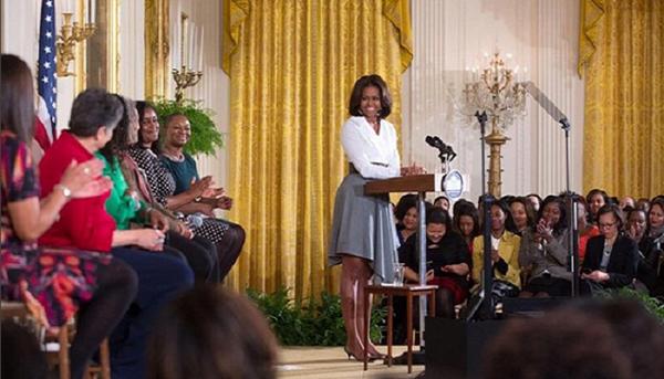 10. Là một nhà hoạt động vì quyền phụ nữ  Những câu nói của bà Michelle từng lay động hàng triệu người phụ nữ trên hành tinh và hành động của cựu đệ nhất phu nhân cũng khiến mọi người đều cảm phục, mến mộ. Bà luôn ủng hộ các chương trình nghị sự về phụ nữ và từng nói về cựu ngoại trưởng Mỹ Hillary Clinton rằng: Nhờ bà Hillary Clinton, các con gái và con trai chúng tôi đều hiểu và chấp nhận rằng một phụ nữ hoàn toàn có thể trở thành tổng thống của nước Mỹ.
