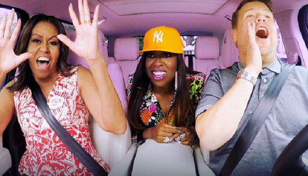 2. Tính cách vui vẻ, hài hước  Suốt 8 năm làm vợ tổng thống, bà Michelle nhiều lần tham gia các cuộc phỏng vấn hay các talk show, tuy nhiên phần trổ tài hát karaoke trên xe hơi với diễn viên, người dẫn chương trình James Corden trong The Late Late Show hồi tháng 7/2016 của cựu phu nhân Mỹ mới thực sự gây sốt. Bà Michelle thoải mái ngân nga theo từng lời hát, thậm chí còn trổ tài đọc một bản rap với rapper Missy Elliot, người cũng có mặt trên xe.
