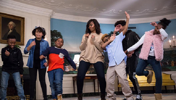 6. Khiến trẻ phải vận động  Một trong những chiến dịch đầu tiên của bà Michelle khi mới bắt đầu đảm nhận cương vị bà chủ Nhà Trắng là Lets Move. Chiến dịch này nhằm mục đích khuyến khích các em nhỏ chăm chỉ tập thể dục để tránh mắc bệnh béo phì. Bà nhiều lần thoải mái nhảy nhót để khuấy động không khí, khiến những đứa trẻ  không thể ngồi yên mà phải nhảy theo bà.