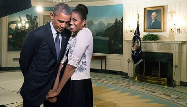 9. Dành tình yêu lớn, sự quan tâm chu đáo cho chồng  Chưa có cặp vợ chồng tổng thống nào dành nhiều sự yêu mến hay cử chỉ thân mật cho nhau ở Nhà Trắng như vợ chồng ông Obama. Nói về tình yêu của mình, bà Michelle từng chia sẻ: Khi mọi người đặt câu hỏi rằng việc sống ở Nhà Trắng có khiến Barack thay đổi không, tôi có thể nói thật rằng mọi đặc điểm về tính cách, niềm tin và cả trái tim anh ấy vẫn thế, vẹn nguyên như chàng trai mà tôi đem lòng yêu từ nhiều năm về trước.