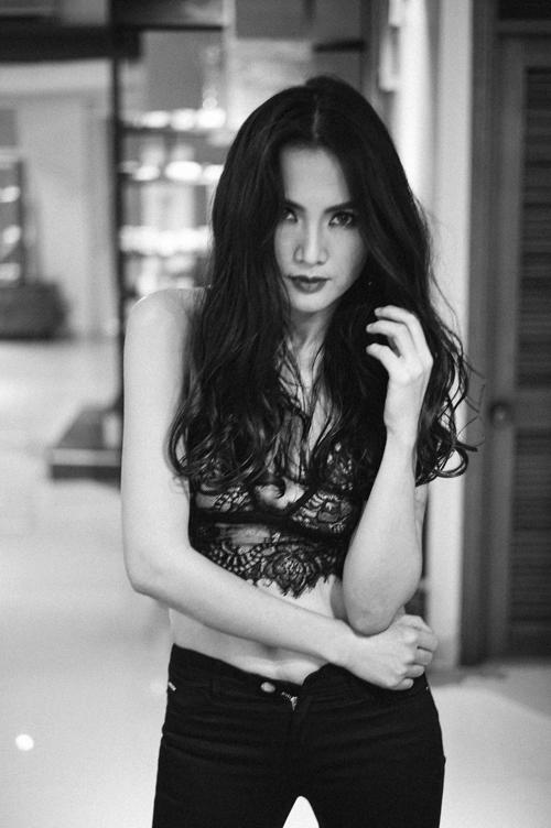 Bộ ảnh được thực hiện với sự hỗ trợ của nhiếp ảnh Quang Đăng, trang điểm và làm tóc Đinh Long.