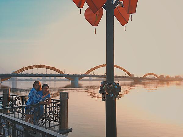 khanh-thi-phan-hien-hon-nhau-duoi-hoang-hon-da-nang-2