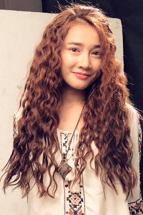 Trung thành với style tóc thẳng bấy lâu, mới đây, Nhã Phương đã khiến khán giả bất ngờ khi đổi sang kiểu tóc xoăn xù mì.