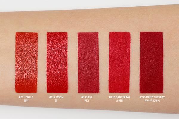 Bộ sưu tập son gồm 5 màu, mang những sắc thái đỏ khác nhau, phù hợp với nhiều tone da và phong cách trang điểm.
