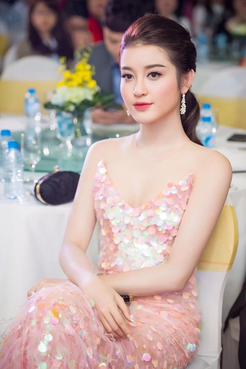 Bộ cánh sequin màu hồng của NTK Lê Thanh Hòa