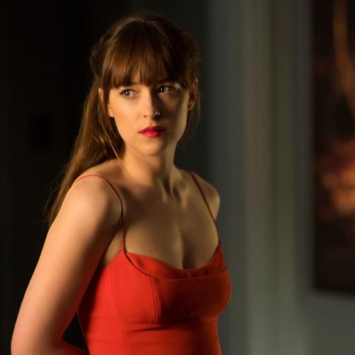 Màu son đỏ tươi rực rỡ ton-sur-ton với màu váy của Ana được tìm kiếm nhiều nhất.