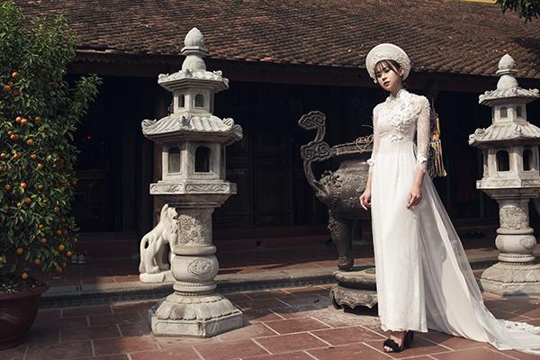 [Caption]Bên cạnh sắc đỏ truyền thống, áo dài màu trắng được các cô dâu lựa chọn nhiều trong ngày cưới. Bộ áo dài lụa trắng mang vẻ đẹp thanh lịch, trang nhã, tôn lên đường cong cơ thể.