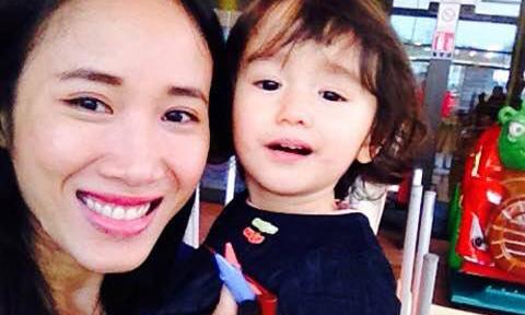 Cô gái Việt một mình sang Pháp đòi con từ chồng hờ