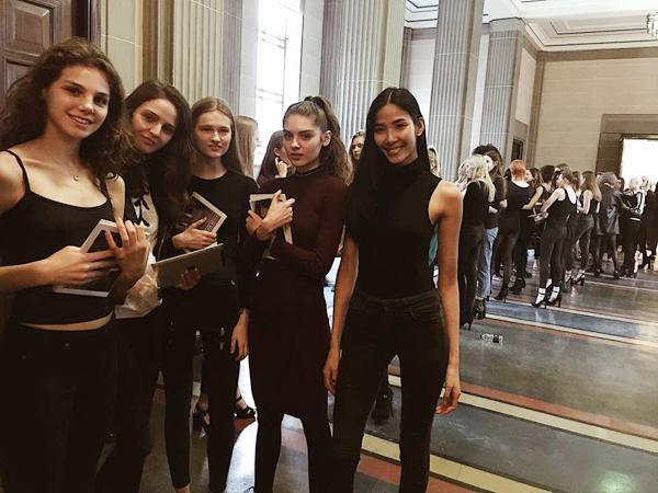 hoang-thuy-trang-pham-song-doi-catwalk-o-london-fashion-week