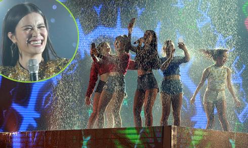 Đông Nhi vừa hát vừa tắm mưa trên sân khấu Hà Nội