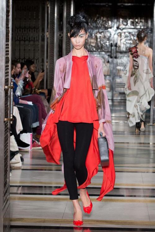 hoang-thuy-trang-pham-song-doi-catwalk-o-london-fashion-week-5