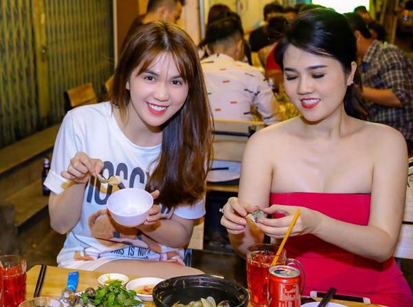 Tin Rong Biển – Ngọc Trinh mặc giản dị, ngồi ăn ốc cùng chị gái