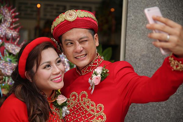 Hoàng Anh liên tục hôn vợ Việt kiều trong lễ tân hôn ở quê