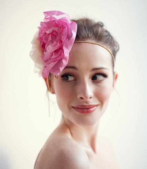 [Caption]Cô dâu sẽ trở thành tâm điểm của bữa tiệc với phụ kiện hoa nổi bật, hút mắt.
