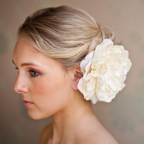 [Caption]Kích thước và chất liệu hoa cài đa dạng theo từng dáng váy cưới.