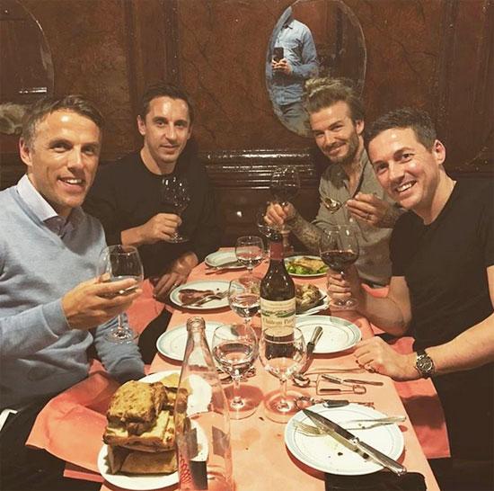 Becks cùng anh em nhà Neville và cậu bạn Dave Gardner tới Paris