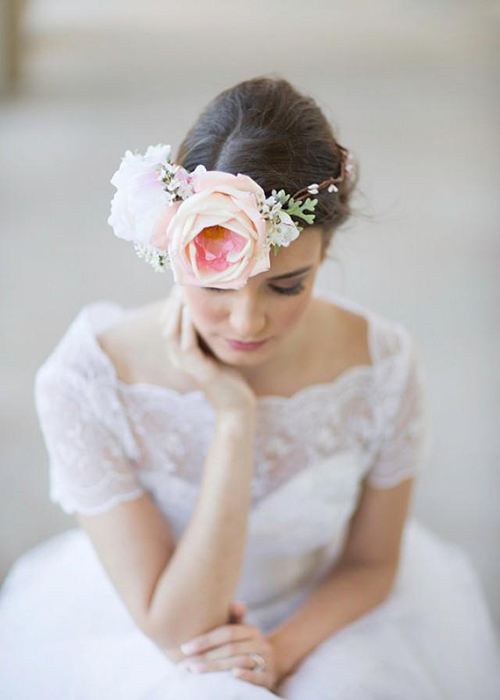 [Caption]Phụ kiện hoa nổi bật và ấn tượng không kém những phụ kiện trang sức kim loại đính đá cầu kỳ.