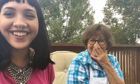 Bà ngoại gửi ảnh selfie đều đặn hàng ngày cho cháu gái