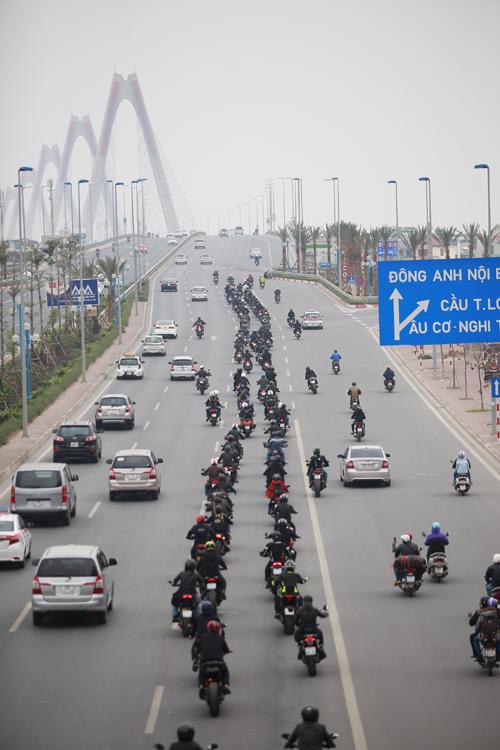 MC Anh Tuấn đi mô tô của Trần Lập diễu hành trên phố